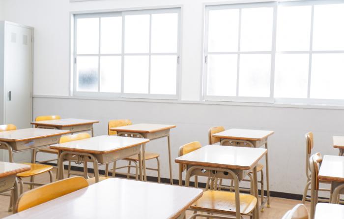 Sala de aula de com carteiras e cadeiras alinhadas